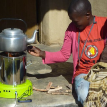 vaření na biouhlových kamnech v Africe